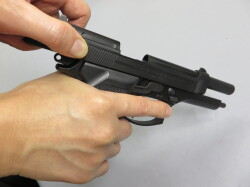 エアガンの弾を撃つ準備の画像